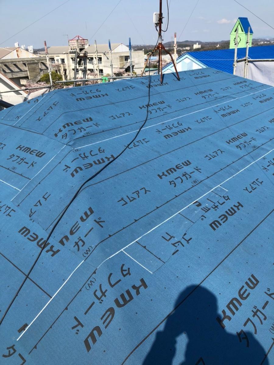 淡路市、屋根葺き替え工事で防水シートを貼っている様子