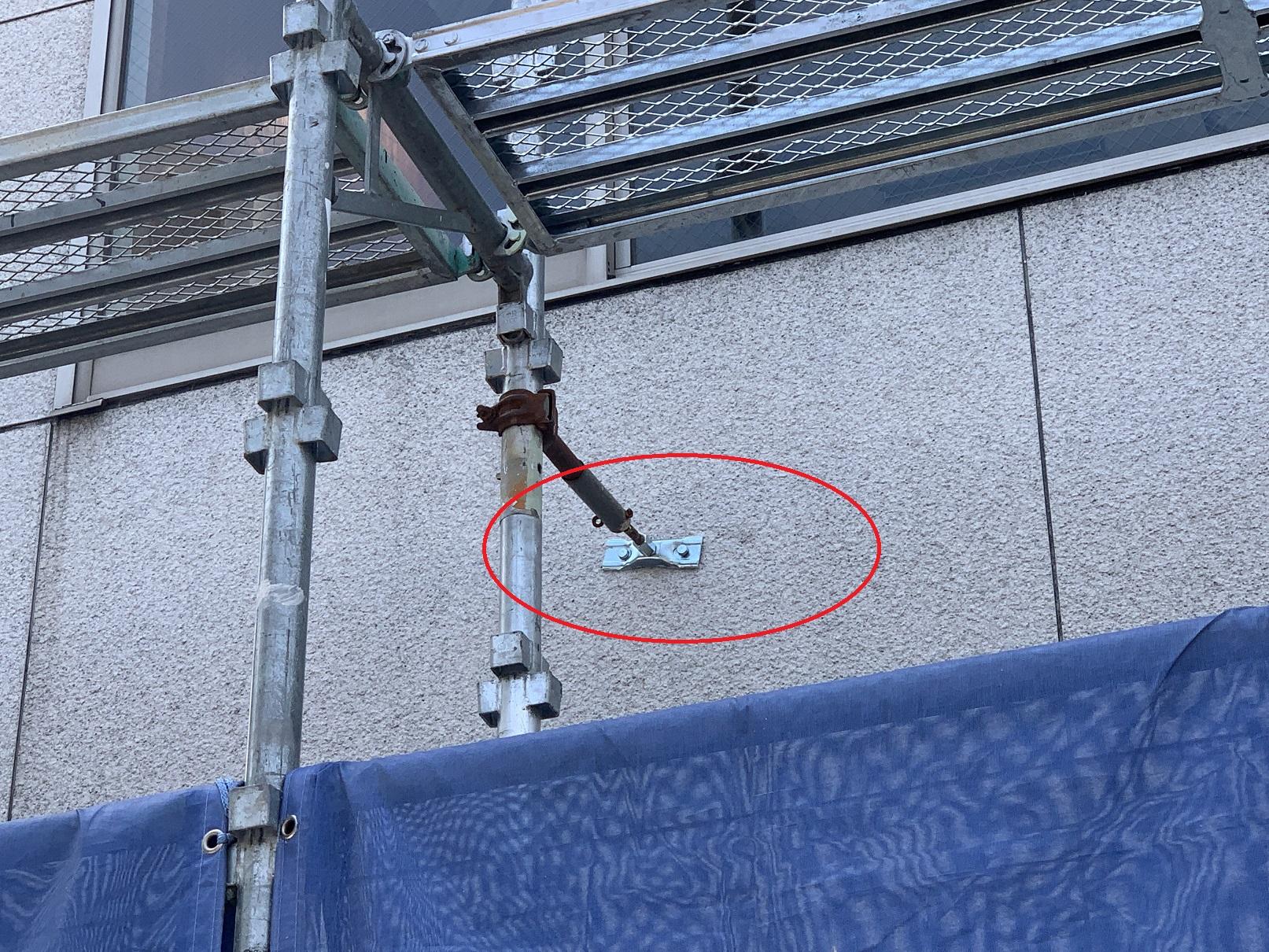 神戸市中央区での大規模修繕で仮設足場が倒れないように壁繋ぎをしている様子