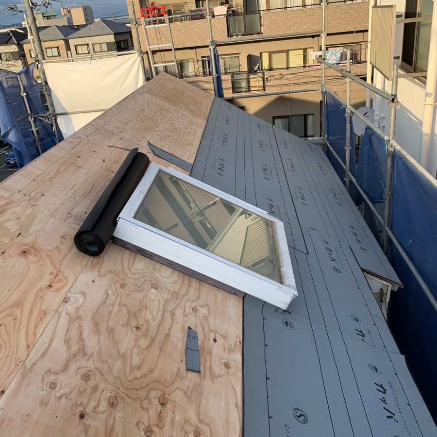 天窓廻りに防水シートを貼っている様子