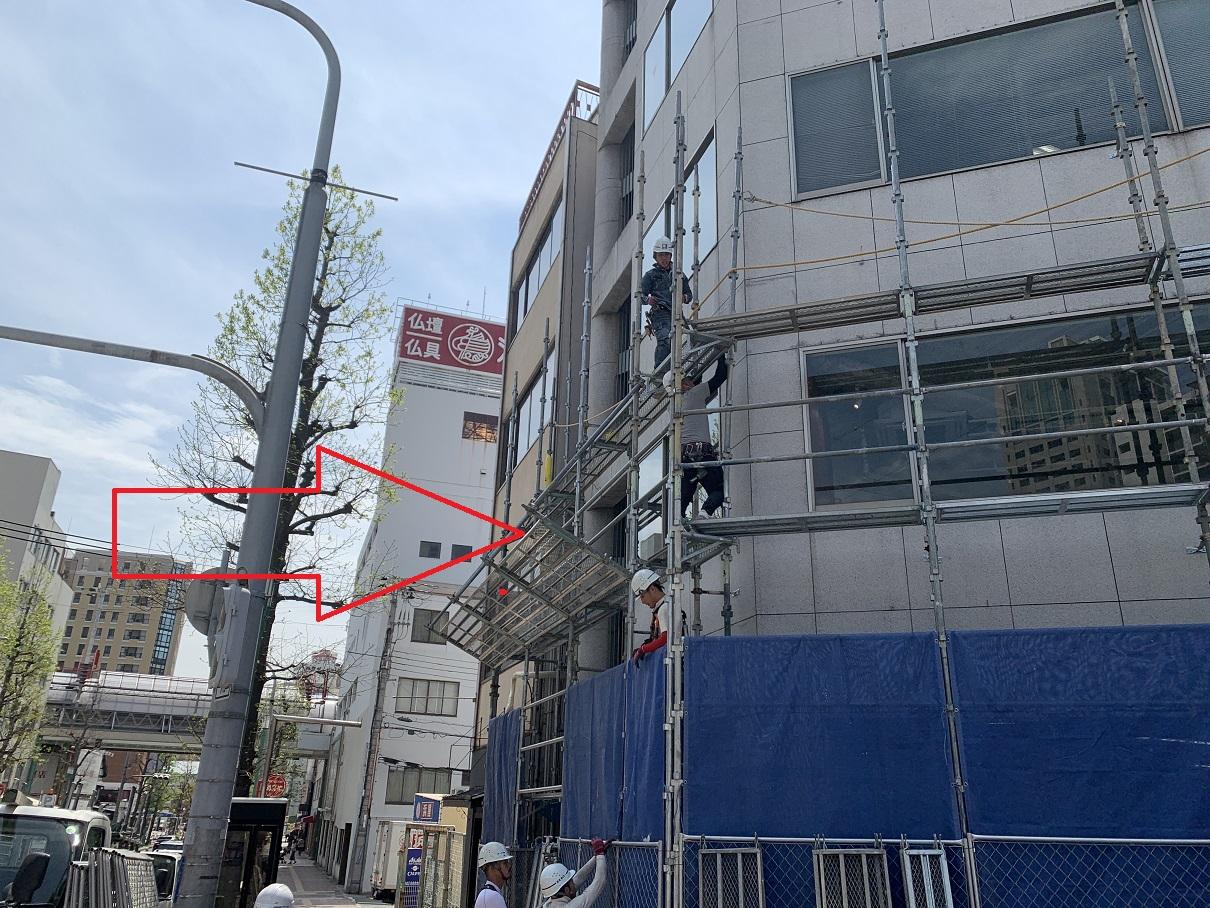 神戸市中央区での大規模修繕で落下防止対策を行っている様子