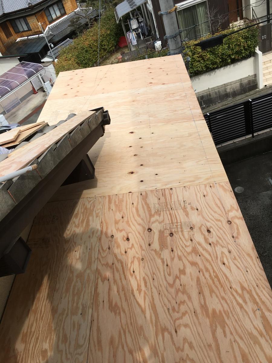 既存の野地板の上から下地用合板を貼っている様子