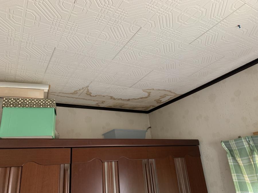 余地市雨漏り点検での雨漏りして天井にシミができている様子