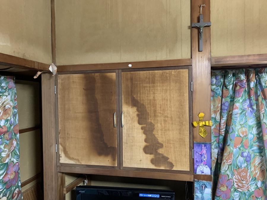 押し入れに雨漏りのシミ