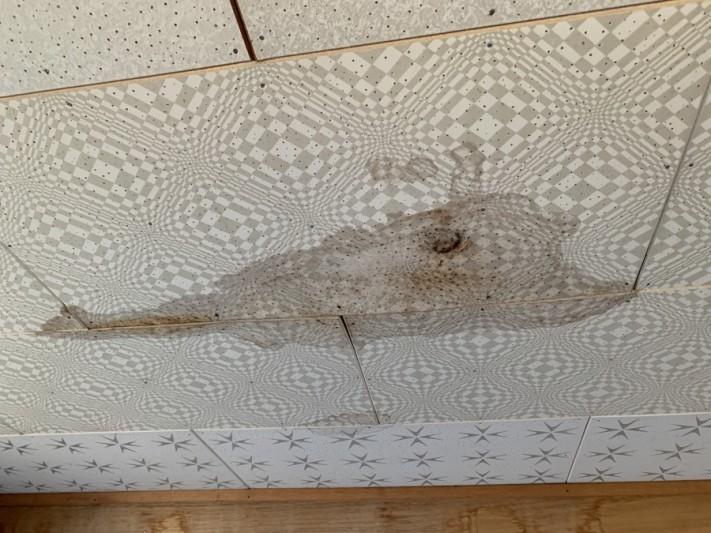 淡路市雨漏り点検での洋室の天井にシミができている様子