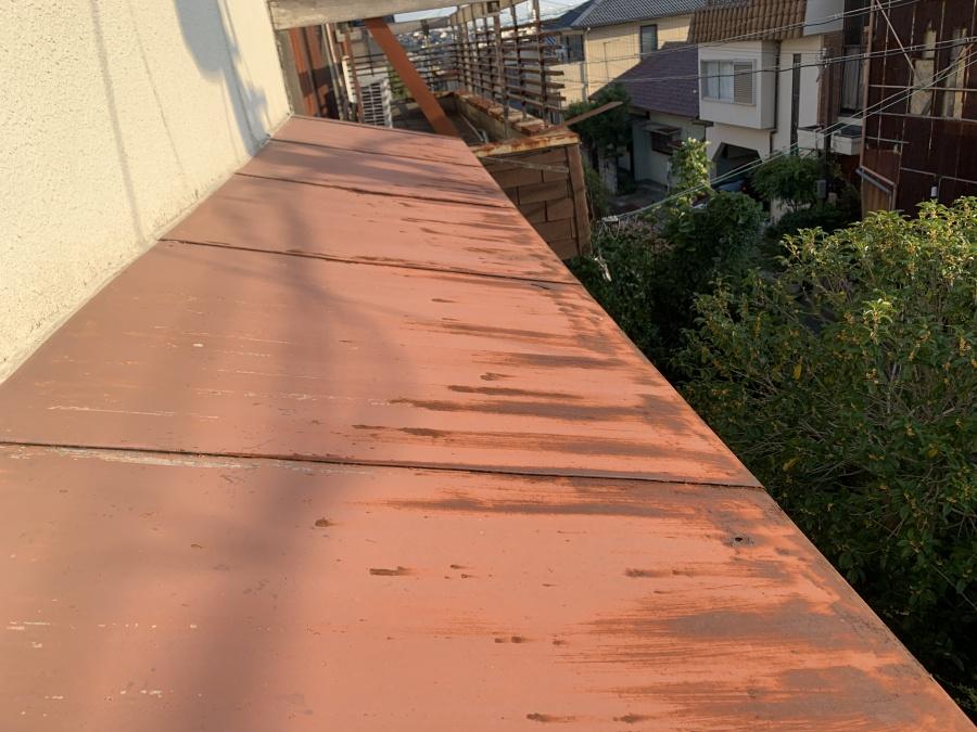 トタン屋根が錆びるいている様子