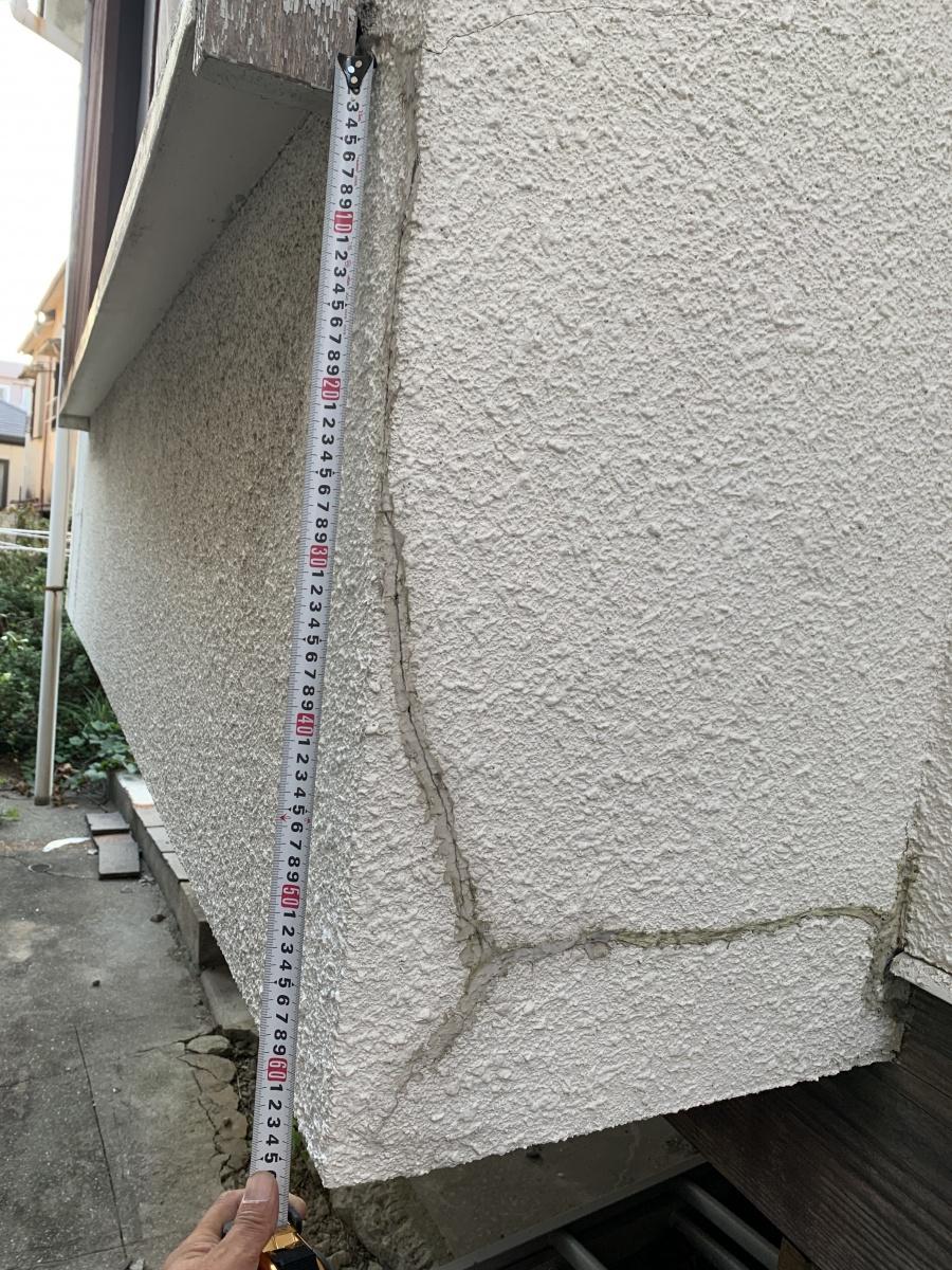 出窓のモルタル外壁が剥離している様子