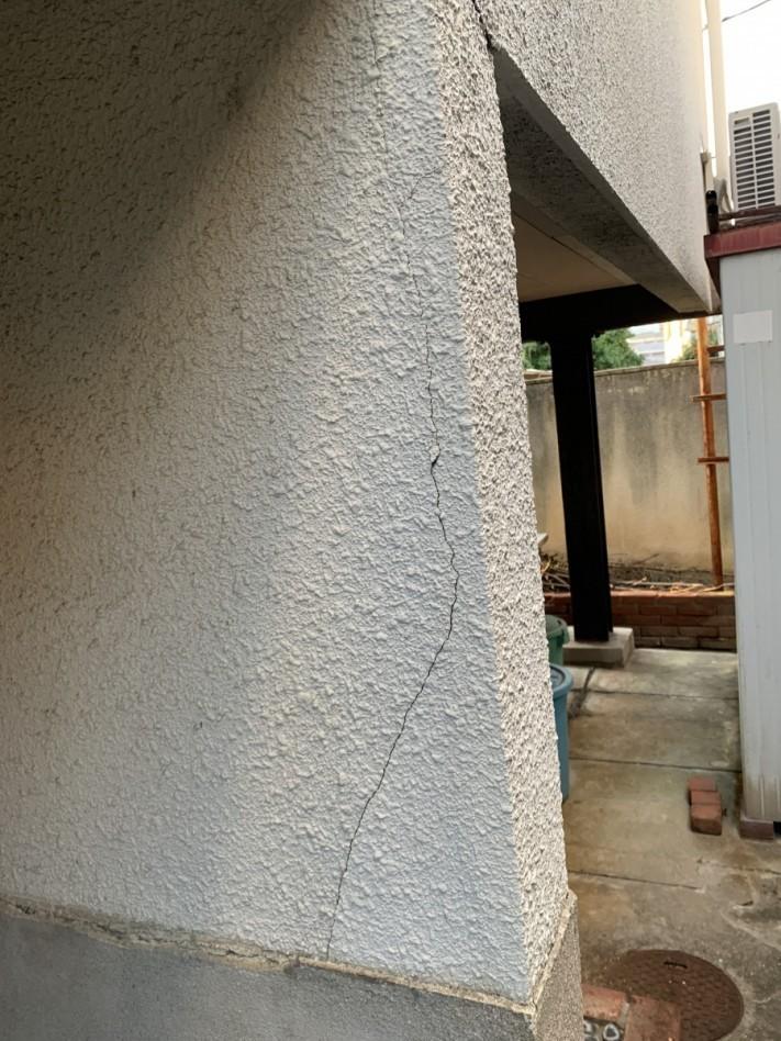 外壁の角がひび割れしている様子