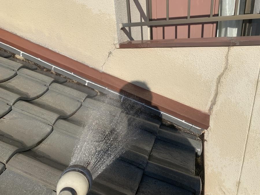 屋根に水をかけている様子