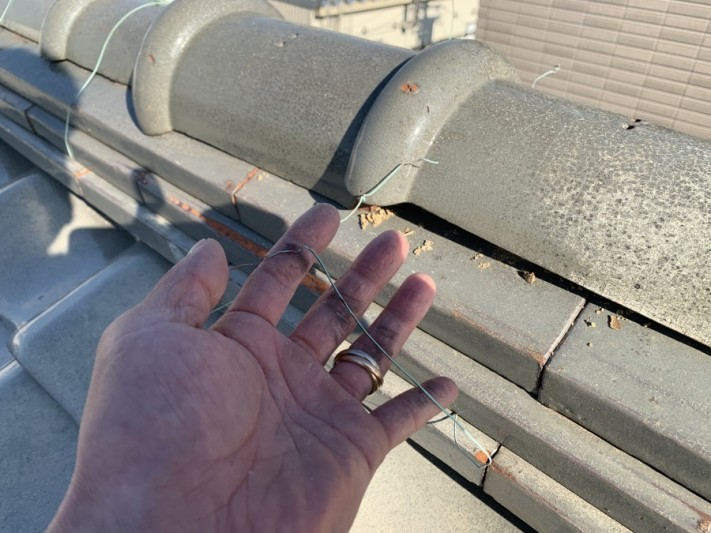 棟瓦を固定している銅線の様子