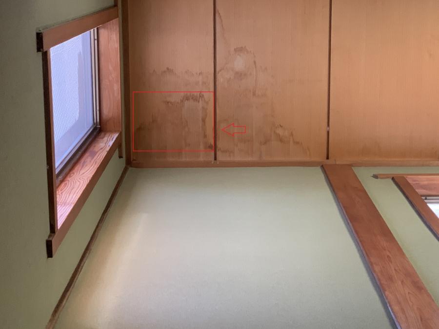 神戸市垂水区での瓦屋根点検で雨漏りにより室内の天井にシミができている様子