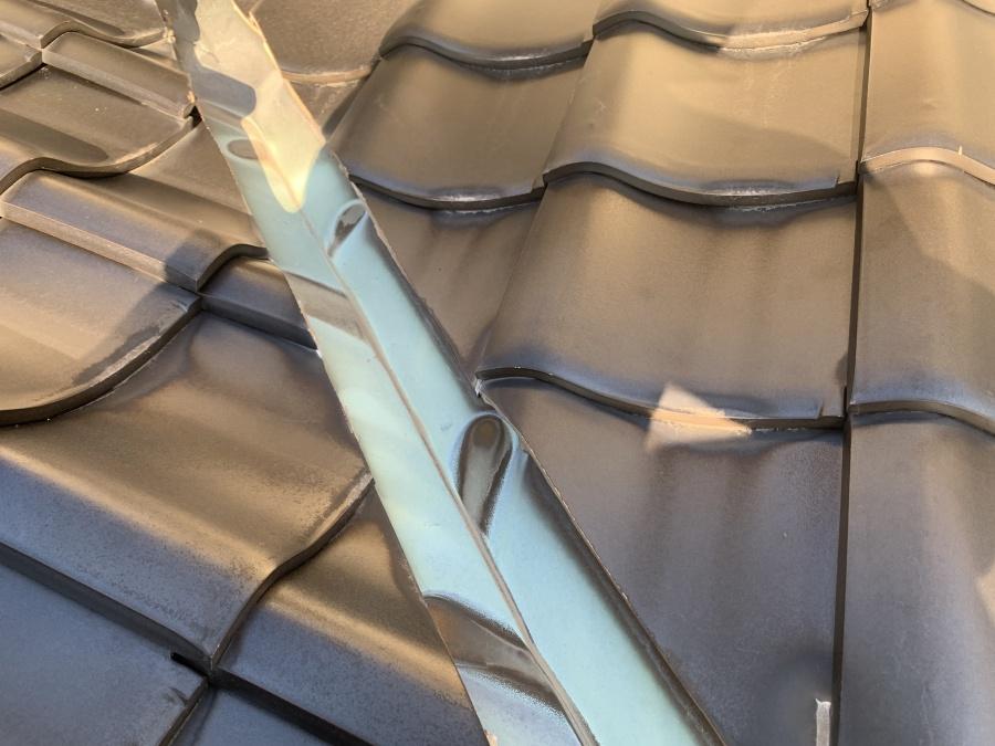 神戸市垂水区での瓦屋根点検で谷板金を点検している様子