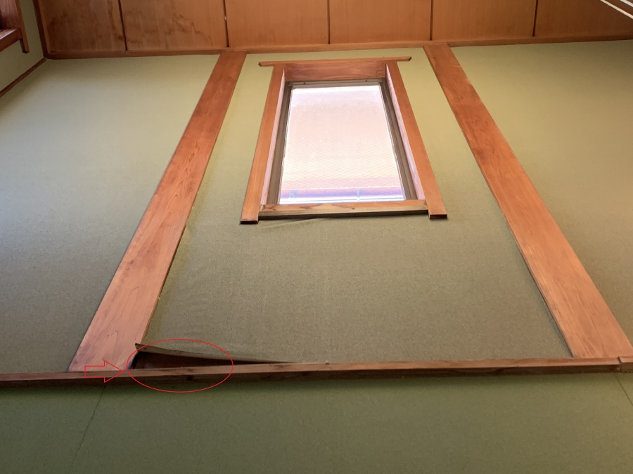 神戸市垂水区での瓦屋根点検で室内のクロスが雨漏りにより剥がれている様子