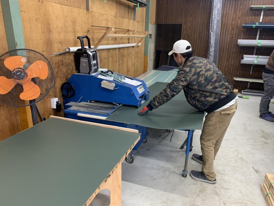 明石市でのベランダ笠木交換工事で笠木を加工している様子