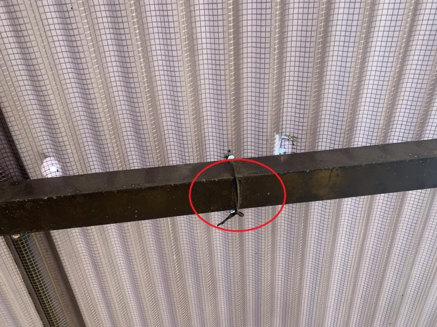 神戸市西区の波板点検で針金を利用して飛散しかけている波板を固定している様子