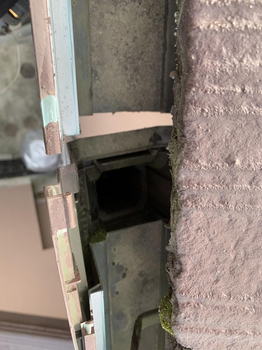 明石市で雨樋から水漏れしている軒樋の中の様子