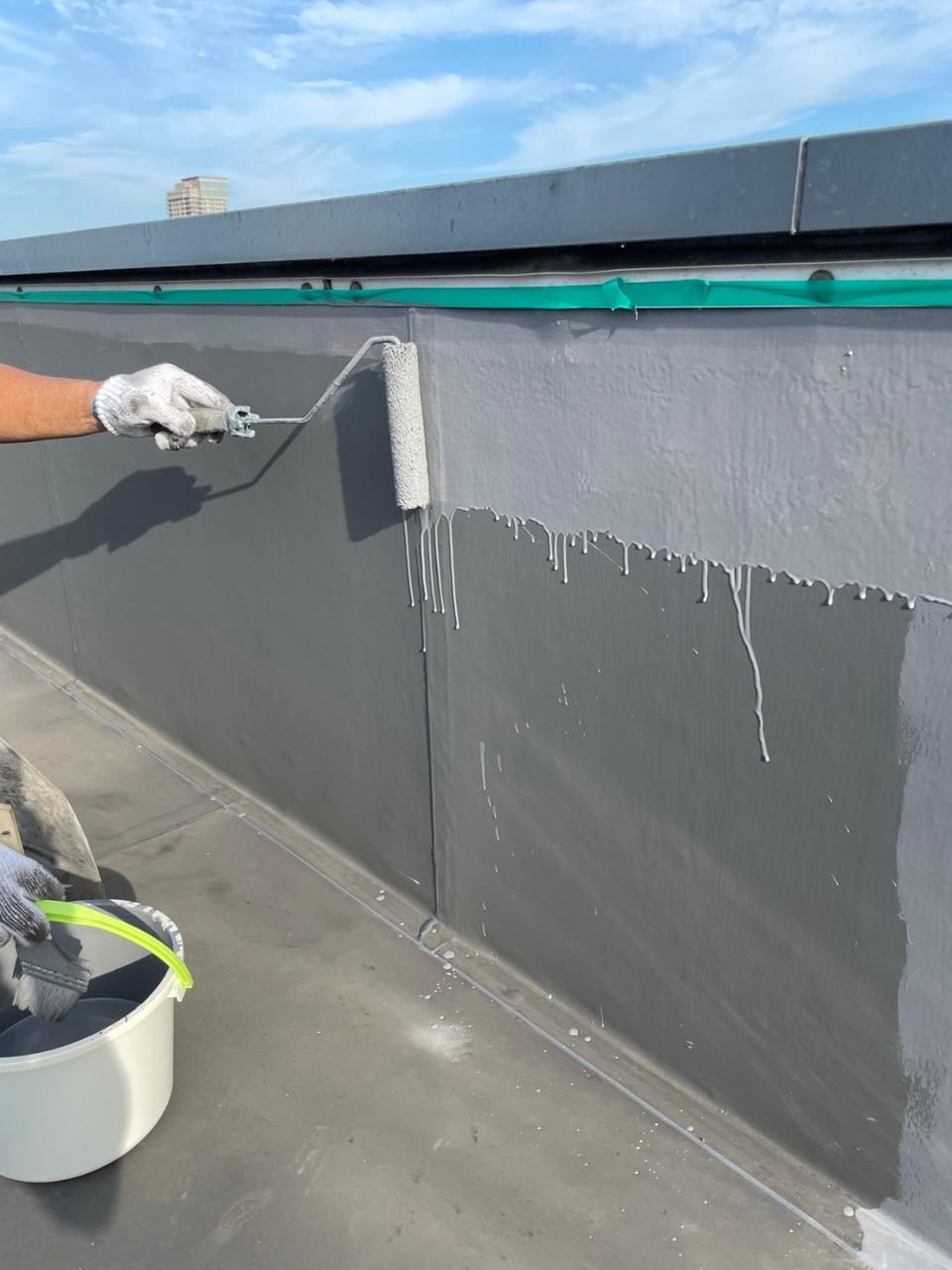 神戸市での雨漏り補修でトップコートを塗っている様子