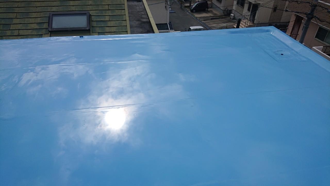 ウレタン防水通気緩衝工法の中塗り作業が終わった様子