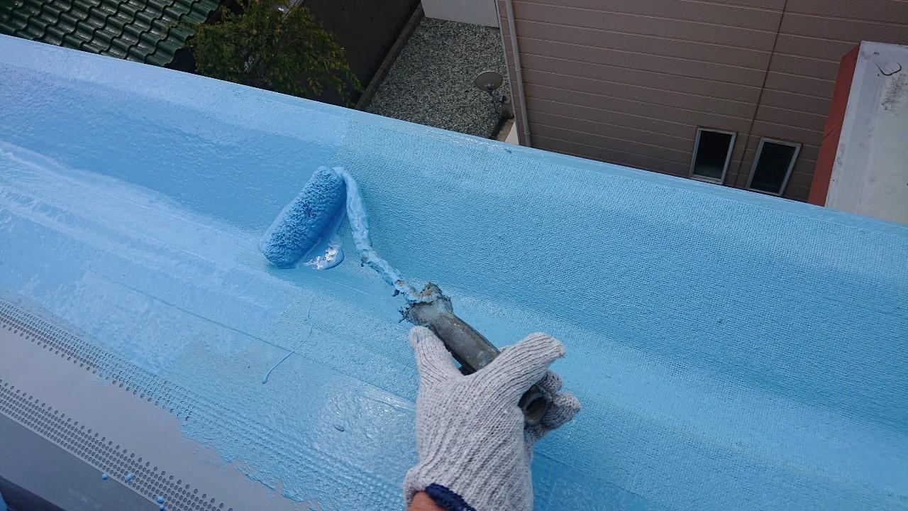 陸屋根にウレタン防水を塗っている様子