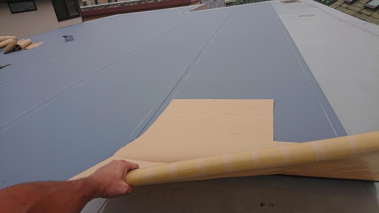 陸屋根防水工事で通気シートを貼っている様子