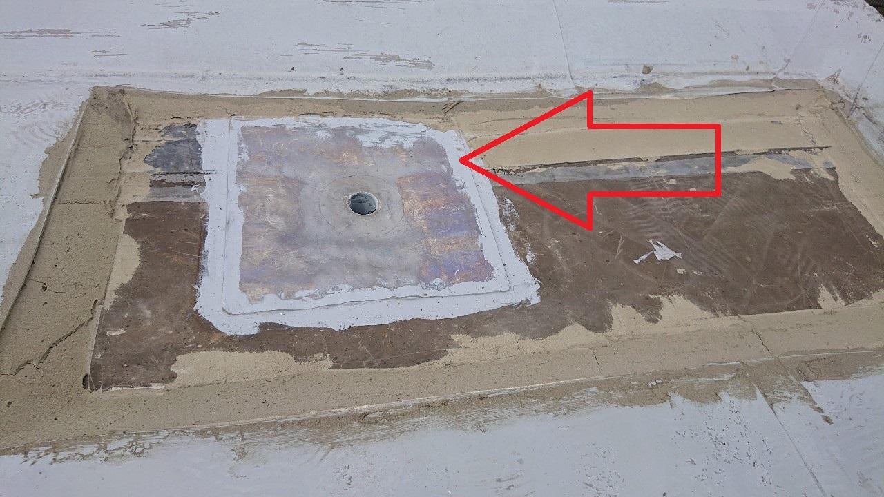 陸屋根の排水溝に新しいドレンホースを取り付けた様子