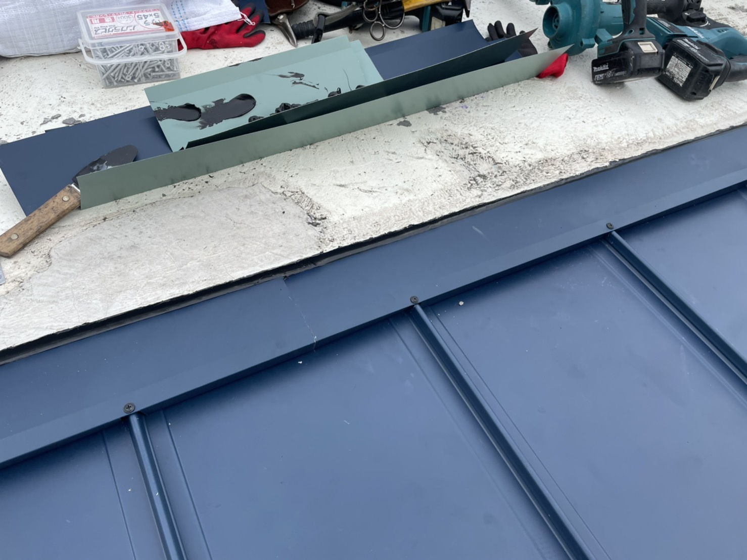 神戸市中央区での屋根板金工事が完了した様子