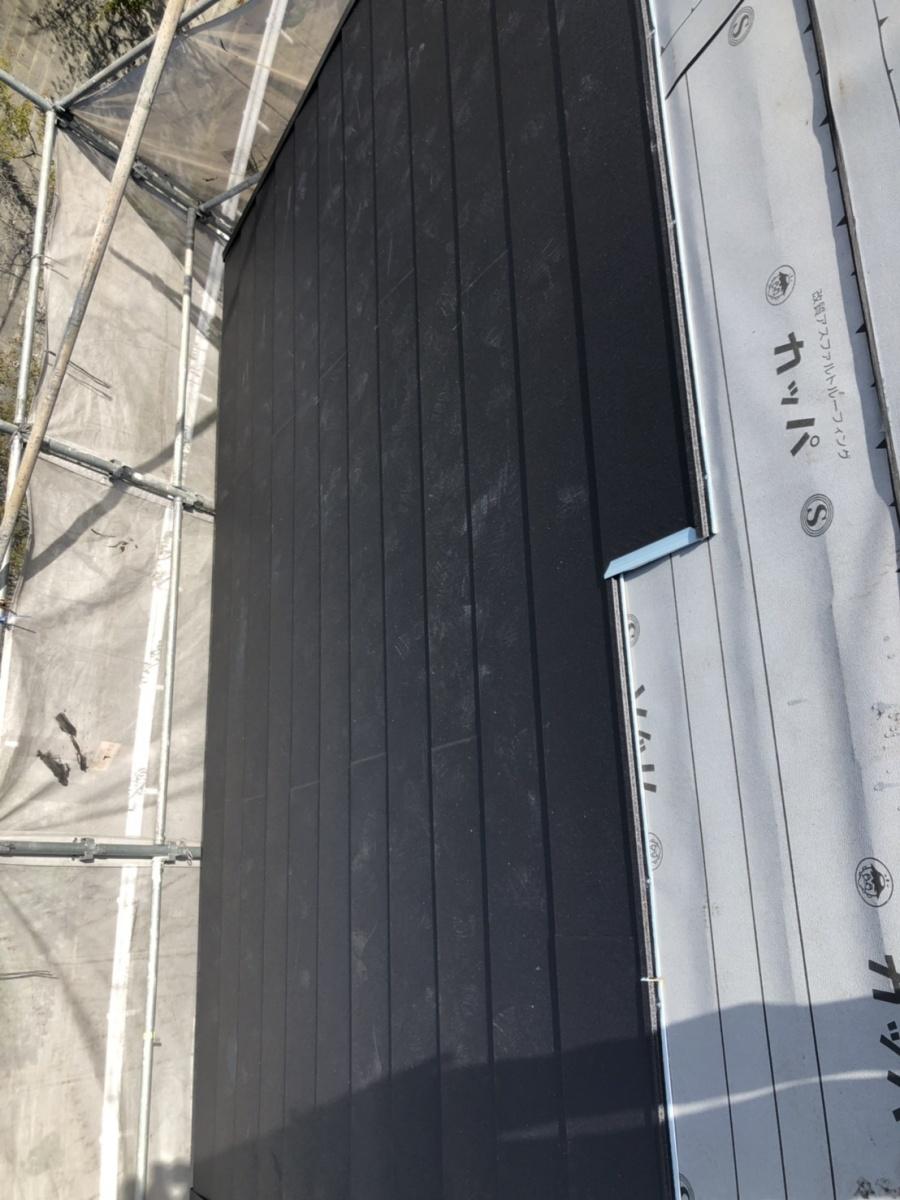淡路市での屋根リフォーム工事で屋根葺きしている様子