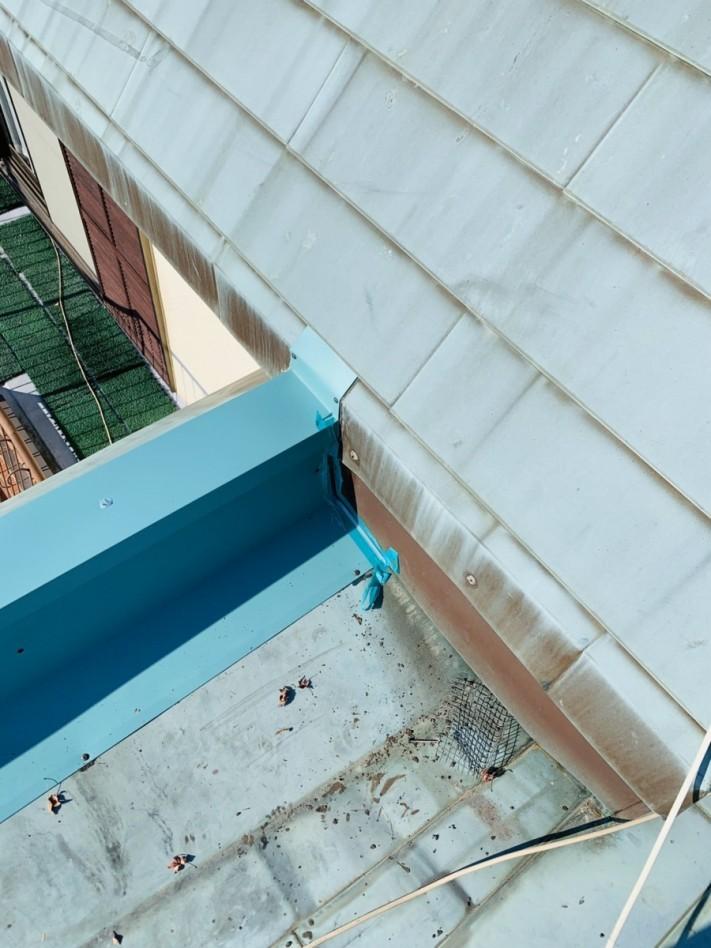 笠木板金が屋根と取り合っている部分