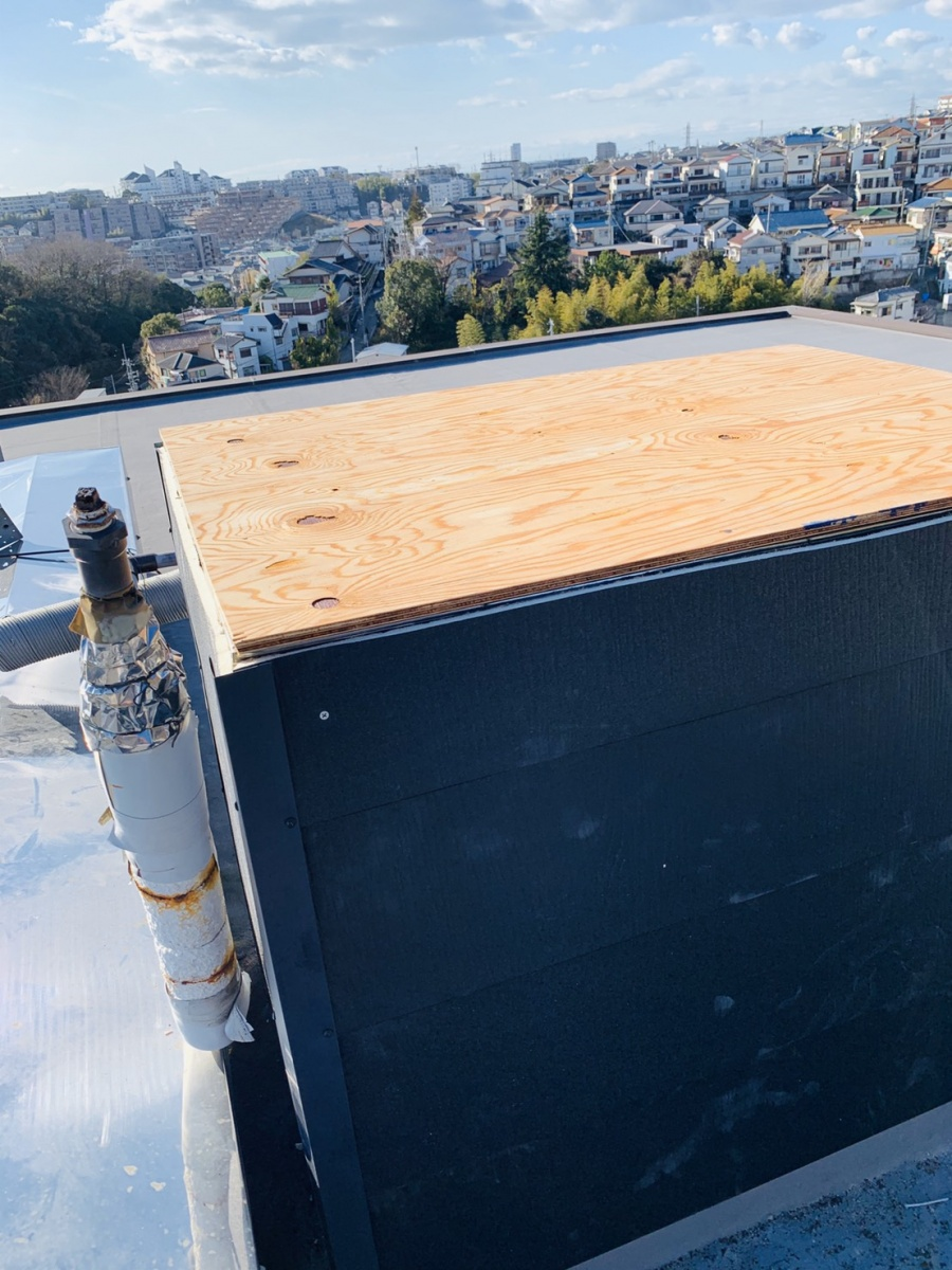 屋根に下地用合板を貼った様子