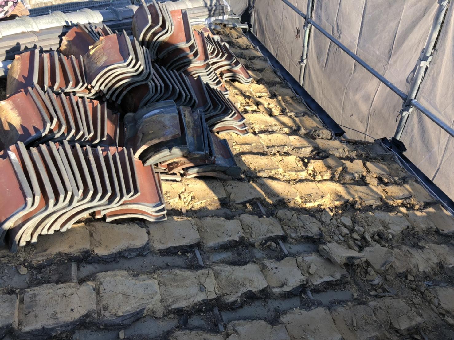 加古郡稲美町での屋根葺き替え工事で瓦屋根を撤去した様子