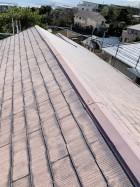 劣化したスレート屋根の棟板金の様子