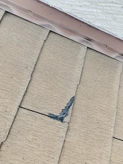 施工前の割れたスレート屋根