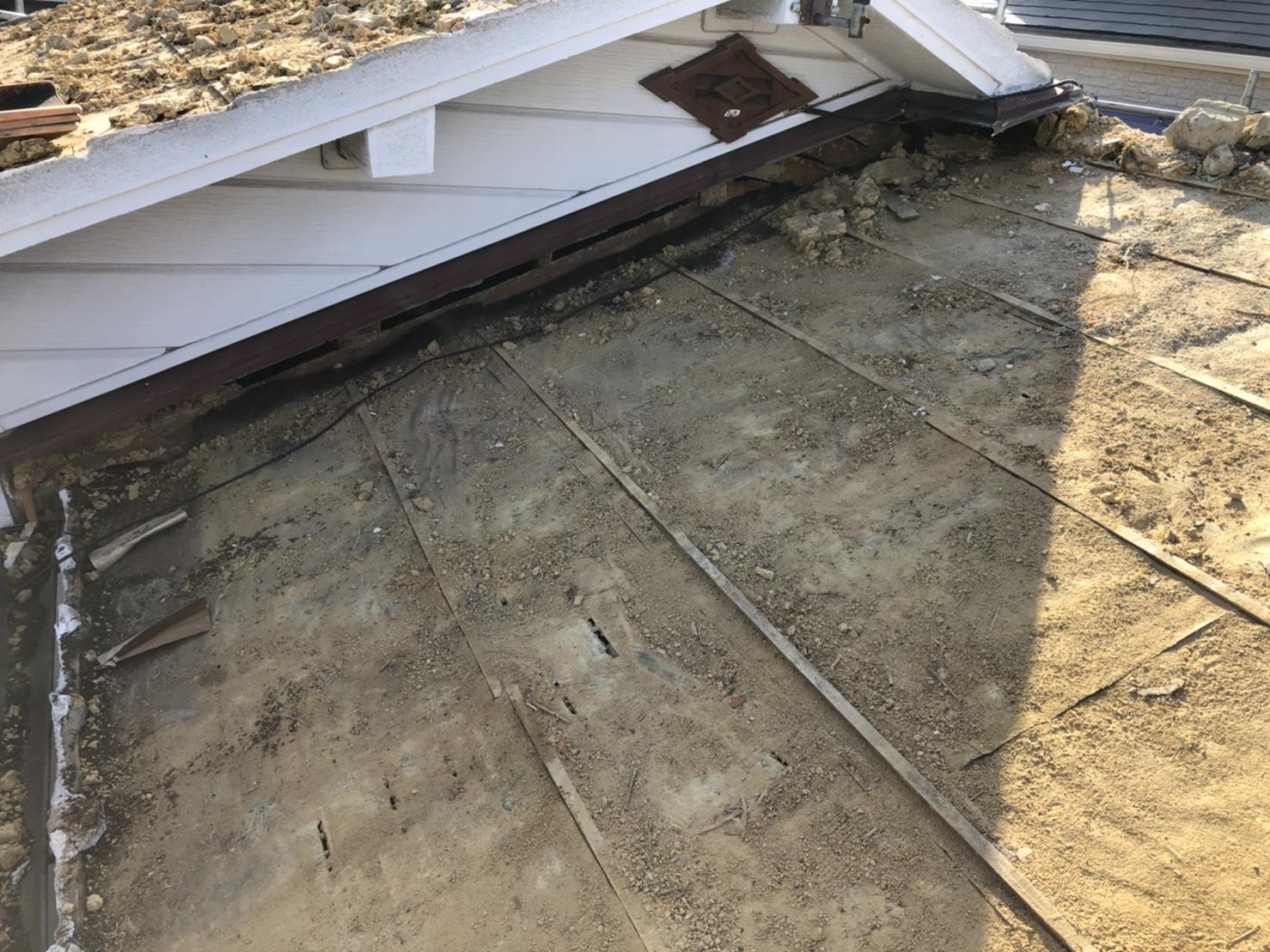 神戸市垂水区での屋根葺き替え工事で土を撤去した様子