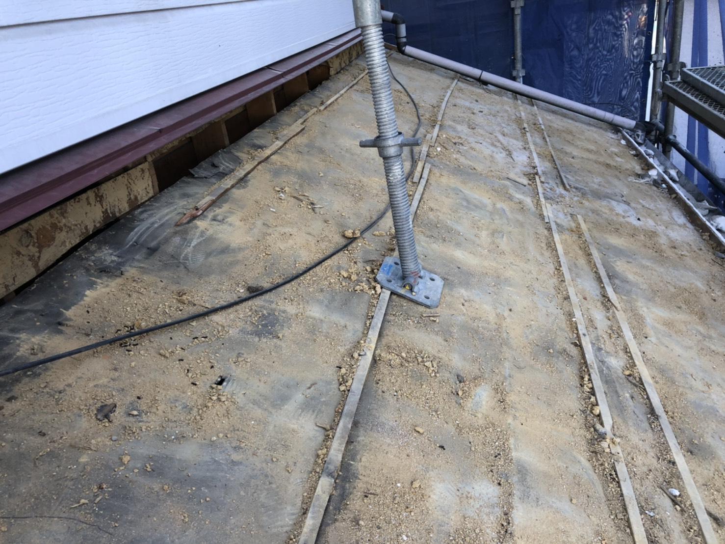 神戸市垂水区での屋根葺き替え工事で土を取り除いた様子