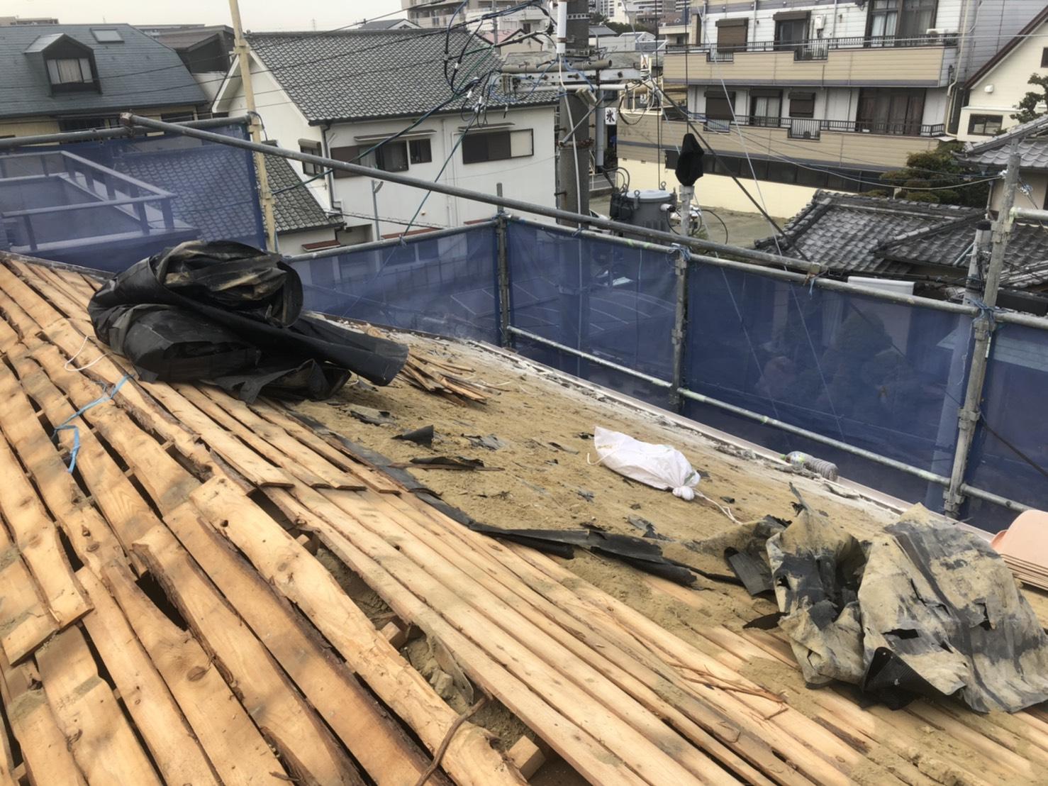 三木市での屋根葺き替え工事「通気工法」で既存の瓦を撤去した様子