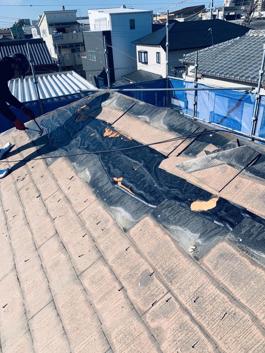 スレート屋根を撤去している様子