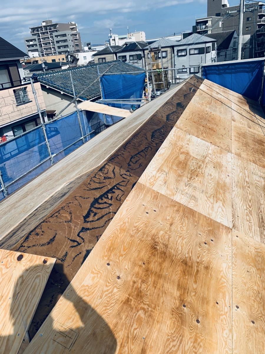 神戸市垂水区での屋根葺き替え工事で野地板を貼っている様子