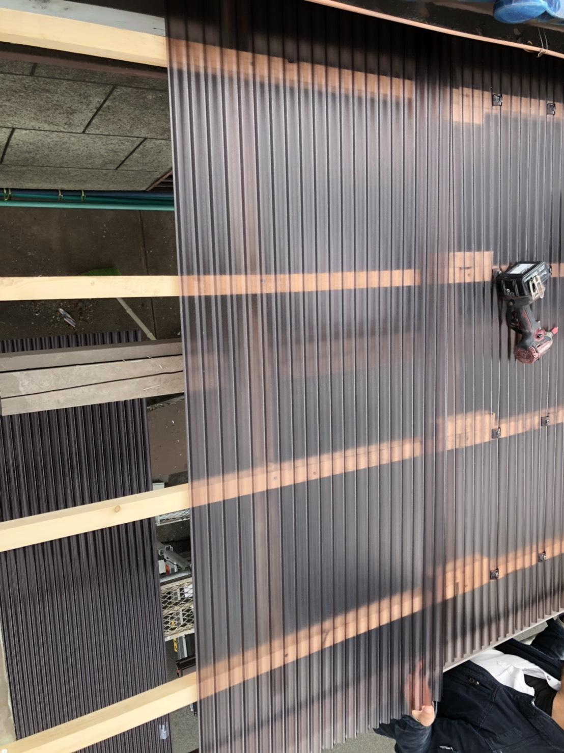 加古郡播磨町でのベランダ波板交換で波板を貼っている様子