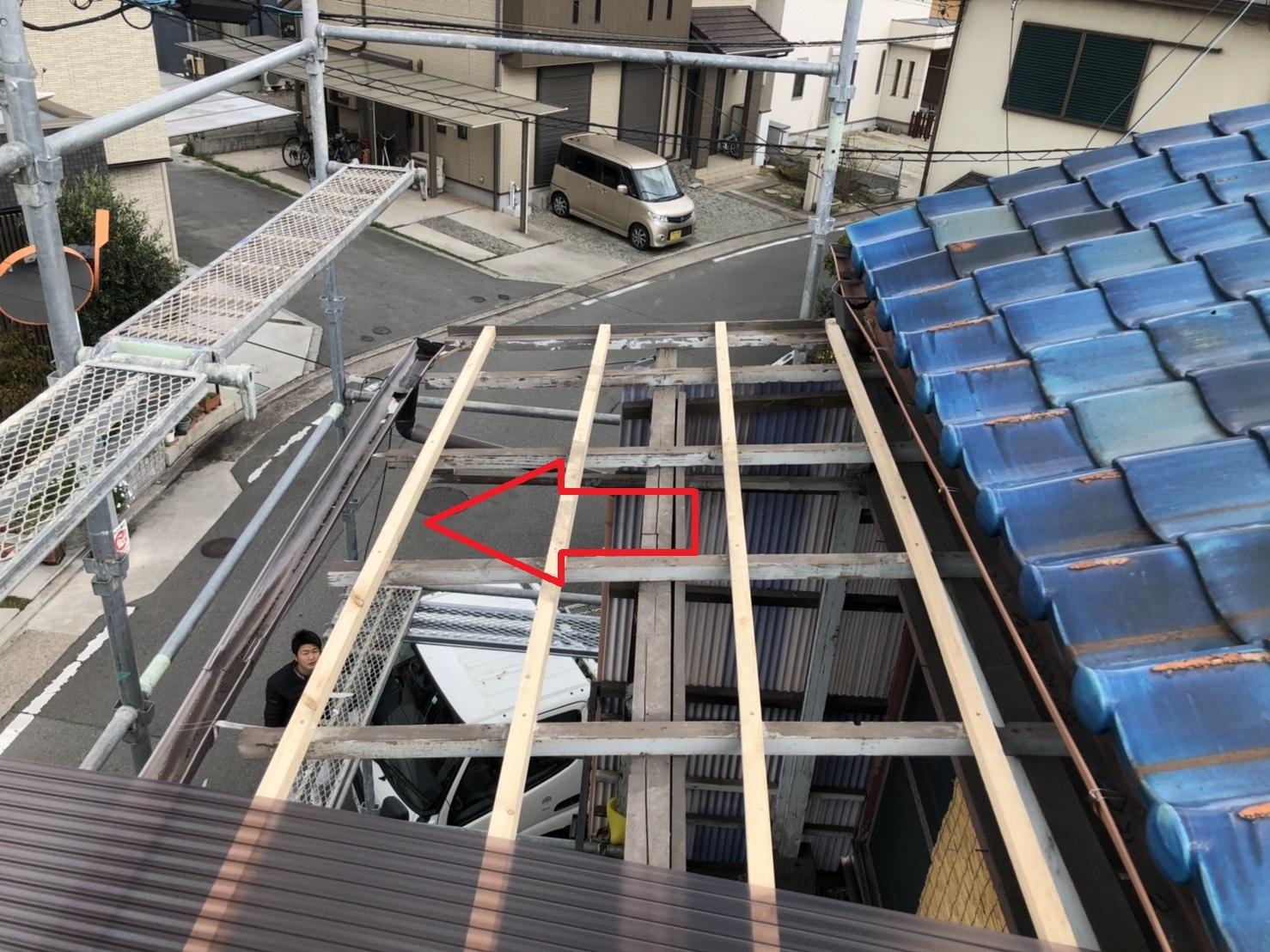 加古郡播磨町でのベランダ波板交換で屋根下地を取り付けた様子
