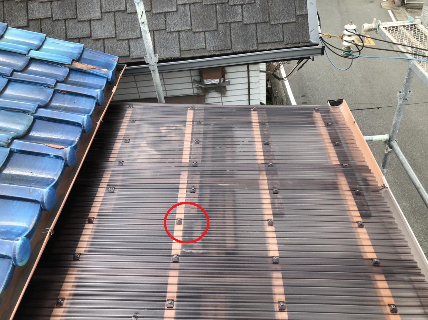 加古郡播磨町でのベランダ波板交換で使用したビスの様子