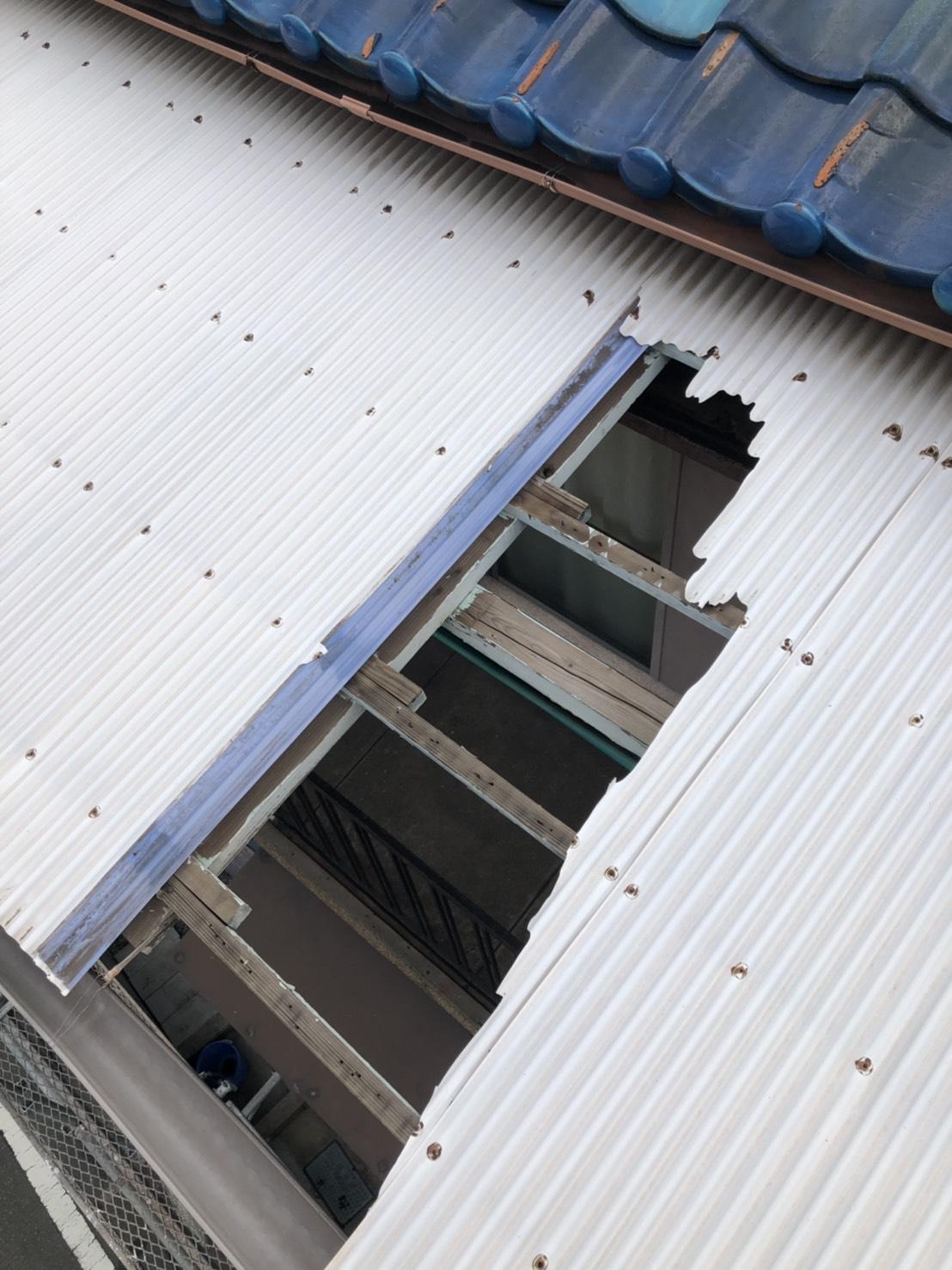 播磨町で波板交換前の劣化したベランダ屋根