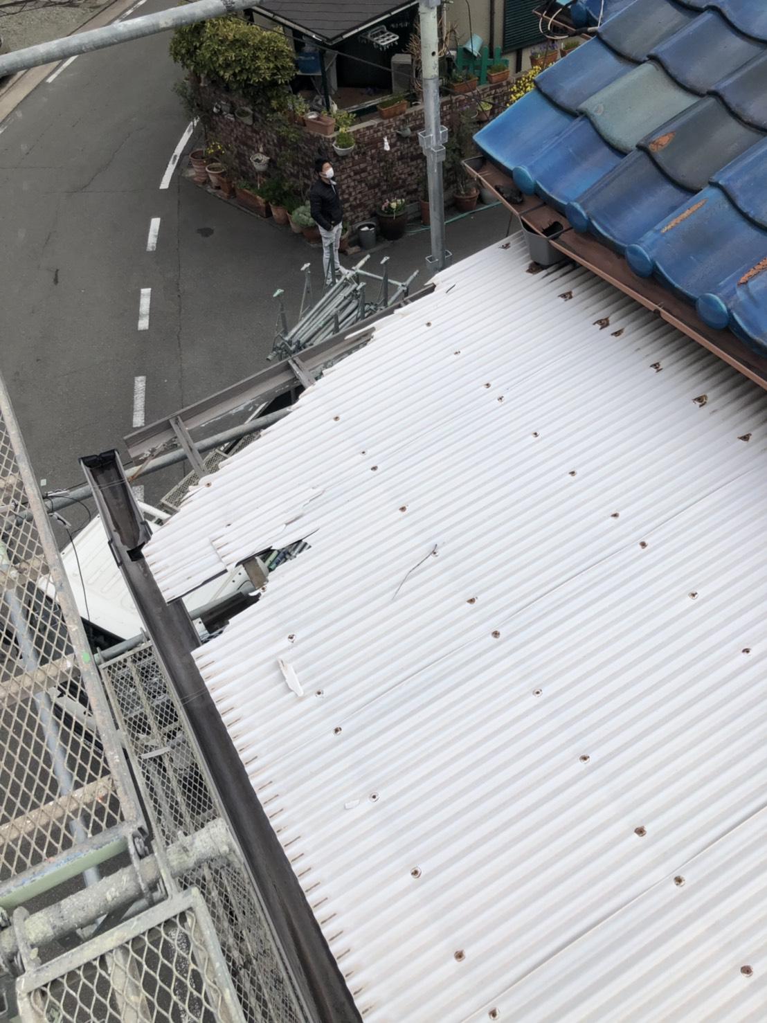加古郡播磨町でのベランダ波板交換前の飛散しかけているベランダ屋根
