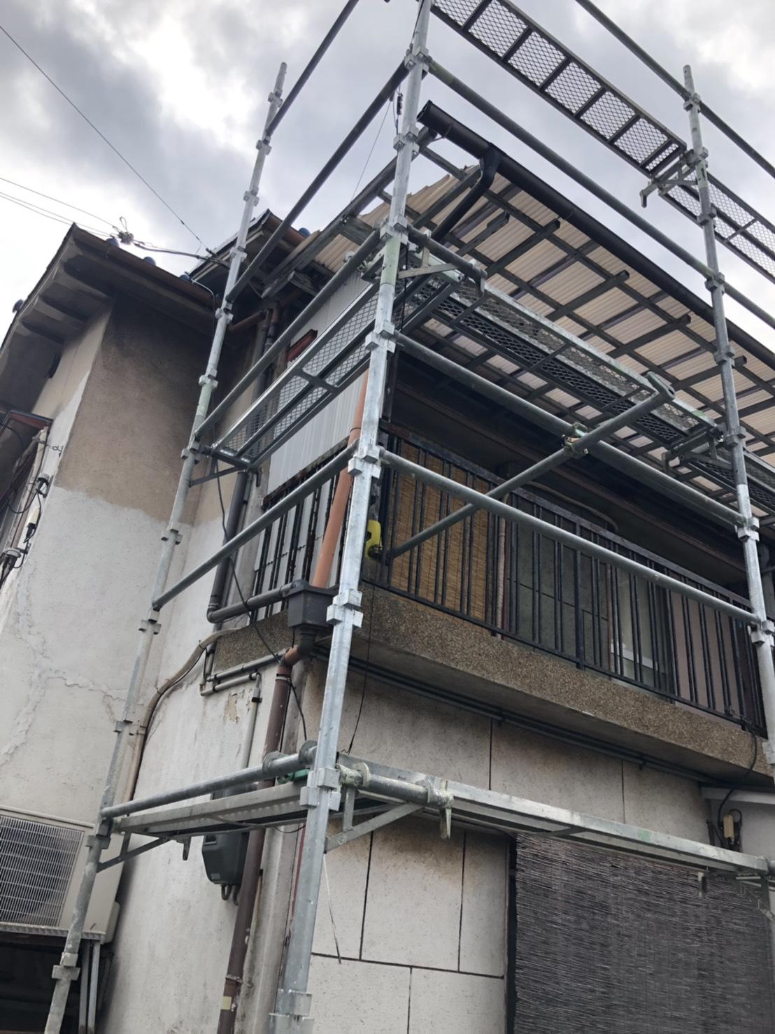 加古郡播磨町での波板交換で仮設足場を組んだ様子