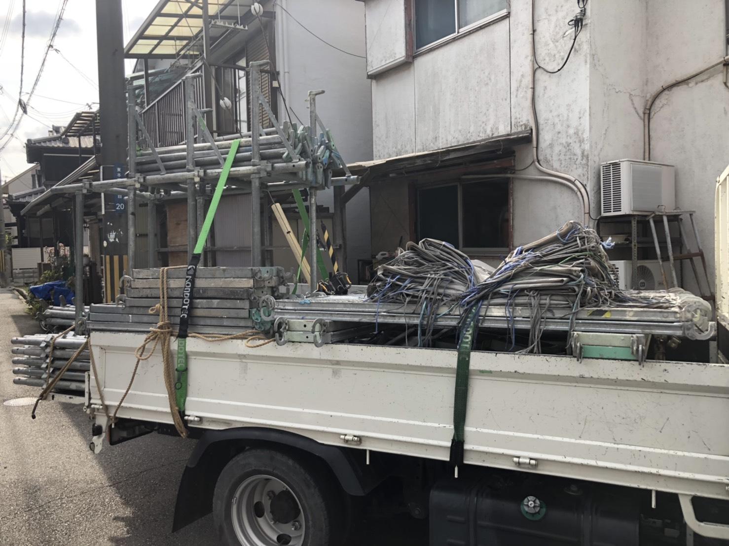 加古郡播磨町での波板交換に必要な仮設足場を積んだトラックの様子