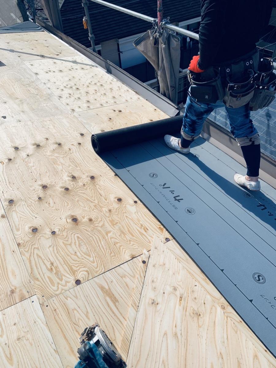 神戸市垂水区での屋根葺き替え工事で防水シートを貼っている様子