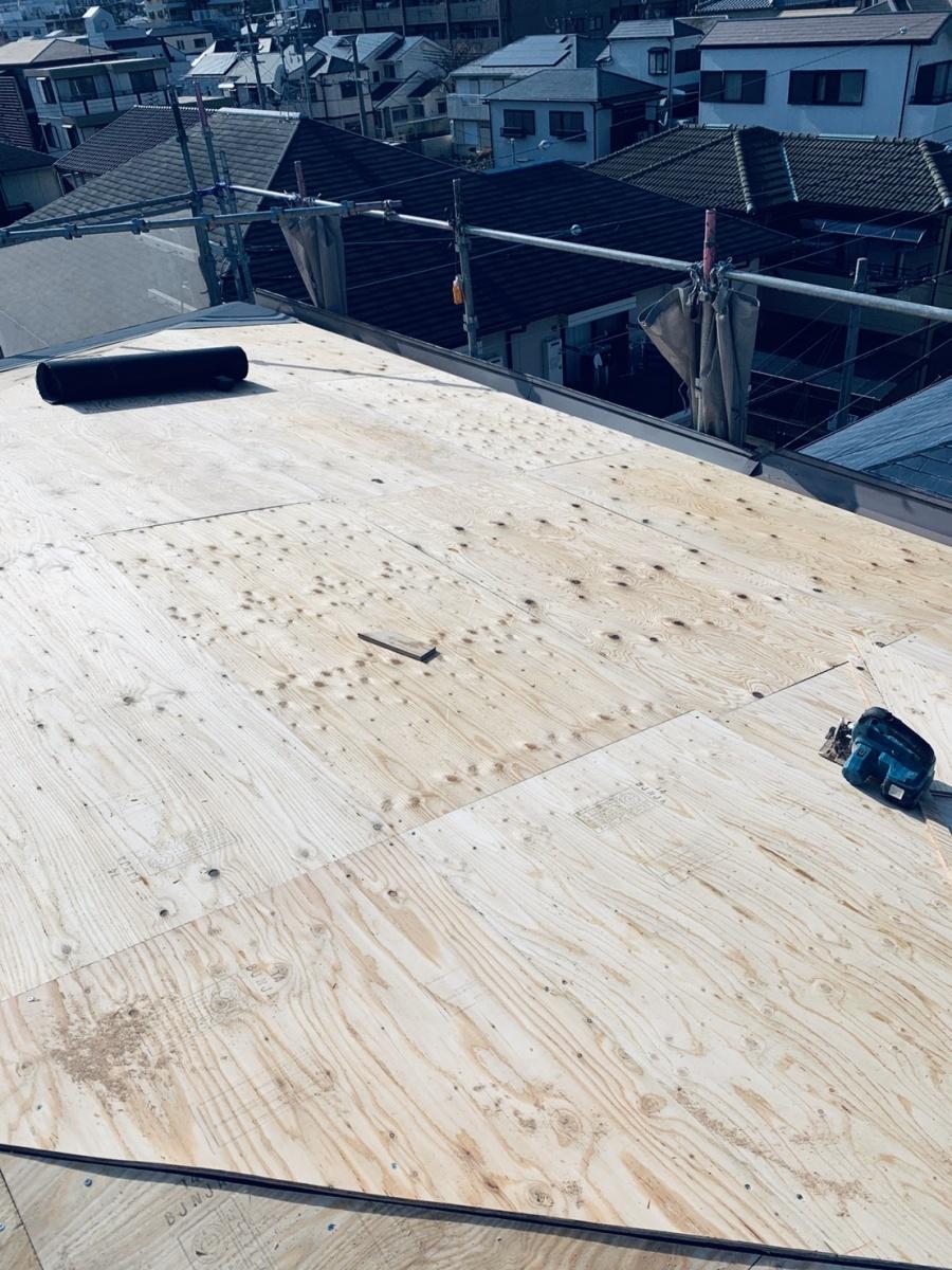 神戸市垂水区での屋根葺き替え工事で下地用合板を貼った様子