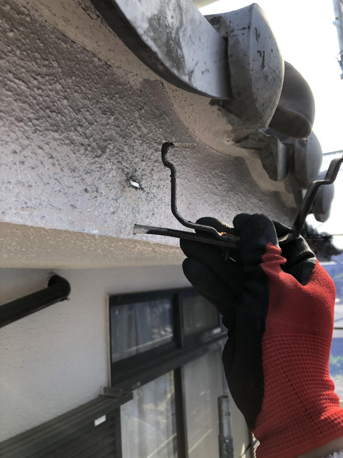 三木市での雨樋交換で受け金具を撤去した様子