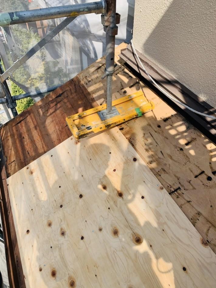 下屋根に下地用合板を貼っている様子