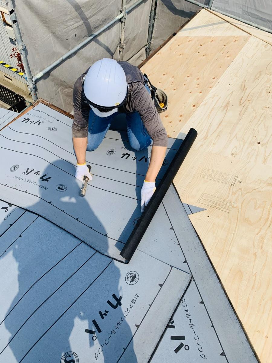 神戸市垂水区での屋根下地工事で防水シートを貼っている様子