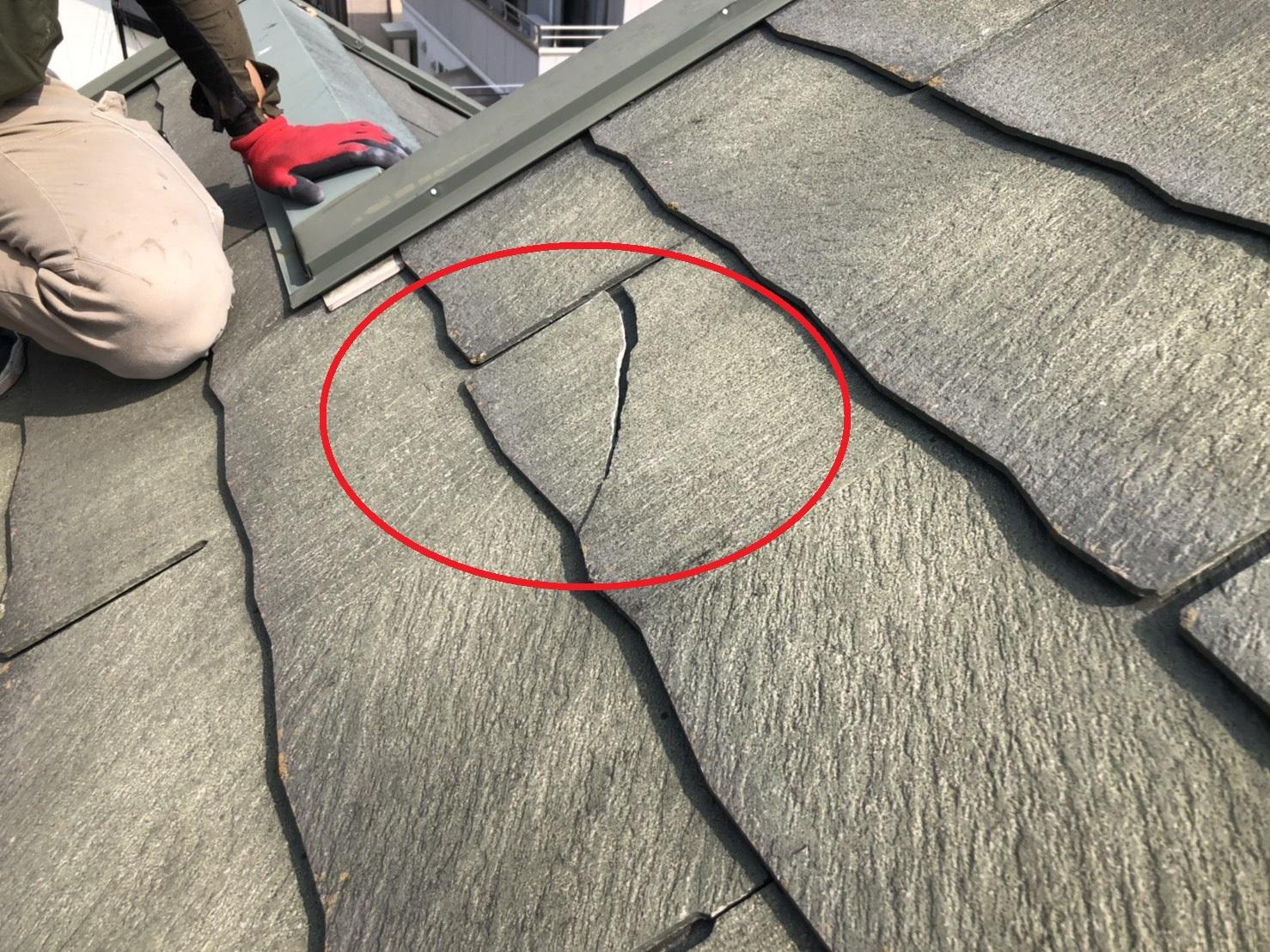 播磨町での屋根台風被害でスレート屋根が割れている様子