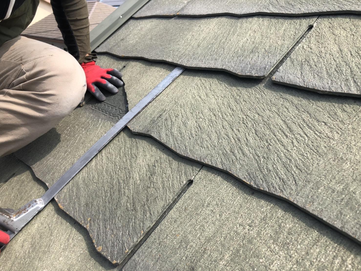 播磨町でひび割れたスレート屋根を撤去している様子